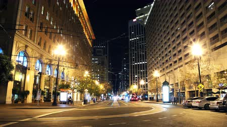 fari : 4K Time Lapse di Market Street at Night in San Francisco Panoramica verso il basso Filmati Stock