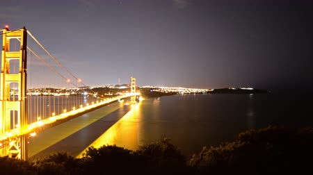 bioscoop : 4K Motion Control DollyPan Time-lapse van de Golden Gate Bridge NightDay Zoom Out