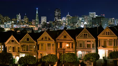viktoriánus : 4K Time Lapse of Victorian Houses  Skyline in San Francisco at Night Zoom In