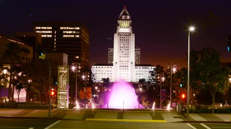 konferencja : Time lapse footage with pan right motion of the fountain at Los Angeles City Hall at night Wideo