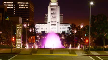udvar : Time lapse footage with zoom in motion of the fountain at Los Angeles City Hall at night Stock mozgókép