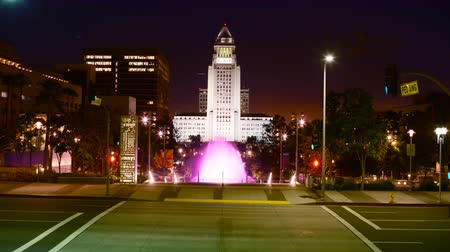 konferencja : 4K Time lapse footage with tilt down motion of the fountain at Los Angeles City Hall at night