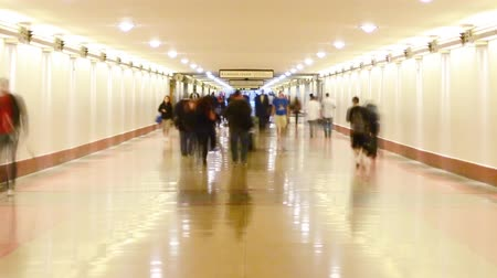 verimlilik : Time Lapse footage of commuters in the hallway at Union Station in Los Angeles, California USA