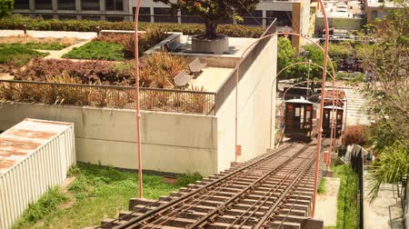 karakteristik : Time lapse footage with tilt down motion of historic railroad Angels Flight in downtown Los Angeles in the daytime