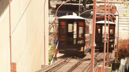 karakteristik : Time lapse footage of historic railroad Angels Flight in downtown Los Angeles in the daytime Stok Video