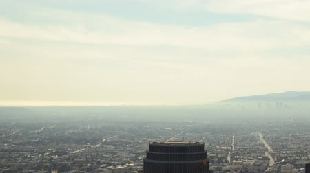 luz do dia : Time lapse footage with pan right motion of clouds over Los Angeles cityscape during the daytime Vídeos