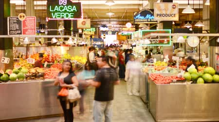 культура : Time lapse footage with zoom in motion of shoppers at historic Grand Central Market in downtown Los Angeles, California