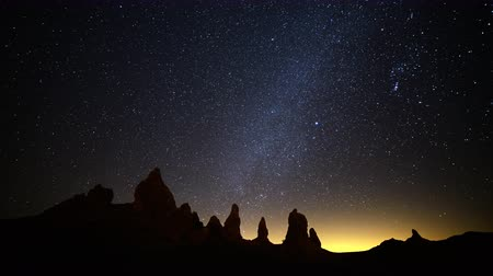 fiação : 4K Astrophotography Time Lapse of Milky Way Galaxy over Pinnacles Tilt Up