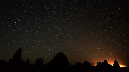 стрельба : 4K Astrophotography Time Lapse of Starry Sky into Dawn over Pinnacles Long Shot