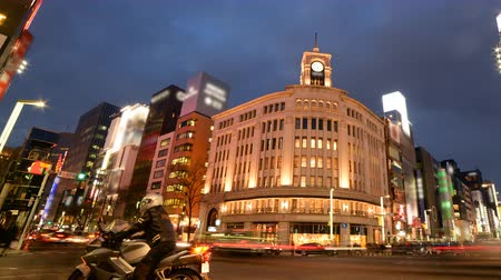 japonya : Time lapse footage with pan right  motion of Ginza intersection from day to night in Tokyo, Japan
