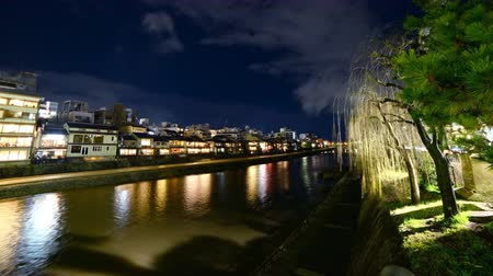 nostalgisch : Time lapse beelden van de traditionele restaurant gebouwen langs Kamogawa rivier in Kyoto, Japan 's nachts Stockvideo