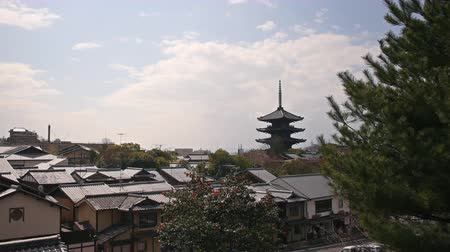 aanbidding : Time lapse beelden met pan links beweging van Yasaka Tower, een historisch 5-Story Pagode bij Houkanji tempel in Kyoto, Japan Stockvideo