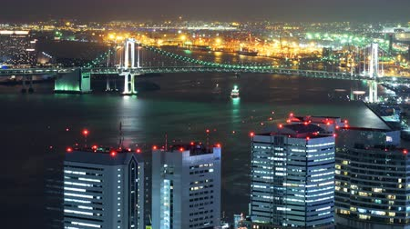 turné : Time lapse footage with pan right motion of waterfront cityscape at night in Tokyo, Japan