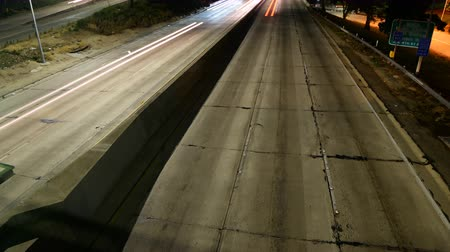 уличный свет : Time lapse footage with tilt up motion of light trails of cars on Interstate 110 Freeway in downtown Los Angeles at night