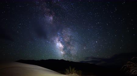 dune : tempo astrofotografia lapse con inclinazione verso il basso movimento di Via Lattea sopra le dune di sabbia del deserto in Death Valley National Park, California Filmati Stock