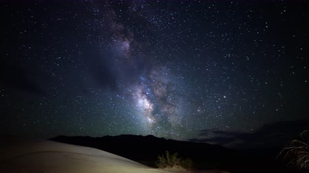 дюна : Astrophotography time lapse footage with zoom in motion of Milky Way galaxy over desert sand dunes in Death Valley National Park, California