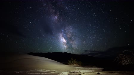 дюна : Astrophotography time lapse footage of Milky Way galaxy over desert sand dunes in Death Valley National Park, California Стоковые видеозаписи