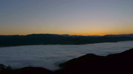 nedvesség : Time lapse footage of sea of clouds at sunrise in Santa Barbara, California