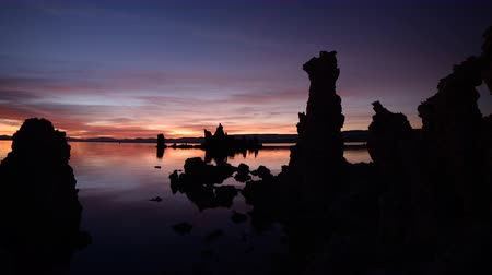 kleurovergang : Time lapse beelden met pan linkse beweging van verlichte schemering hemel bij dageraad in Mono Lake, California Stockvideo