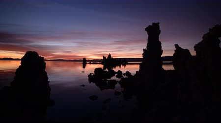 градиент : Time lapse footage with zoom out motion of illuminated twilight sky at dawn in Mono Lake, California Стоковые видеозаписи