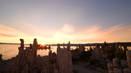 sütun : Time lapse footage with tilt up motion of otherworldly tufa formations in Mono Lake, California