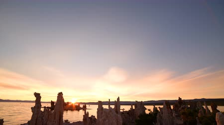 sütun : Time lapse footage with tilt down motion of otherworldly tufa formations in Mono Lake, California Stok Video