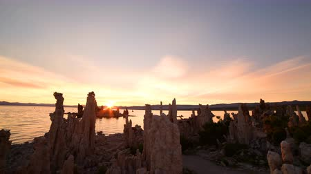 sütun : Time lapse footage with zoom in motion of otherworldly tufa formations in Mono Lake, California