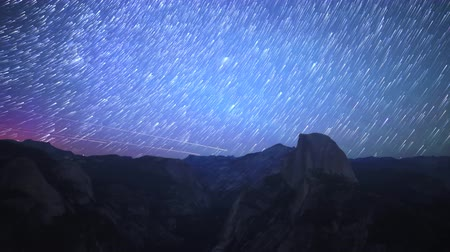 wspinaczka górska : Time lapse footage with pan right  motion of star trails over Half Dome in Yosemite National Park, California