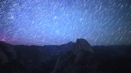 wspinaczka górska : Time lapse footage with pan left motion of star trails over Half Dome in Yosemite National Park, California
