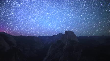 wspinaczka górska : Time lapse footage with zoom in motion of star trails over Half Dome in Yosemite National Park, California