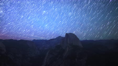 wspinaczka górska : Time lapse footage with zoom out motion of star trails over Half Dome in Yosemite National Park, California Wideo
