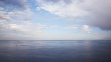 небесный : Time lapse footage of heavenly clouds moving over eternal seascape shot atop a cliff in Atami, Shizuoka, Japan