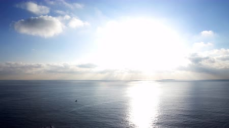 Тихий океан : Time lapse footage with motion of morning sun ray through heavenly cloudscape over sea horizon