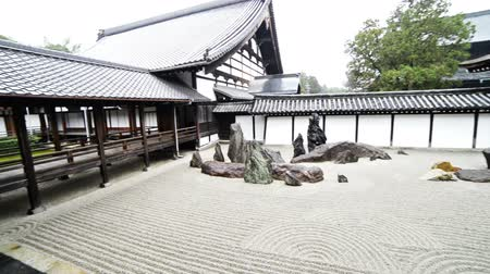 Traditional Japanese garden in Toufuku-ji in Kyoto, Japan -180 tracking pan right shot- Wideo