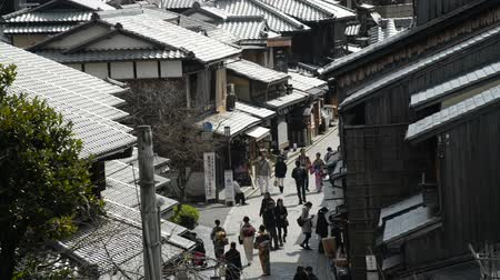 древний : Footage of tourists walking on historic street of Ninenzaka in Kyoto, Japan -Version 1-