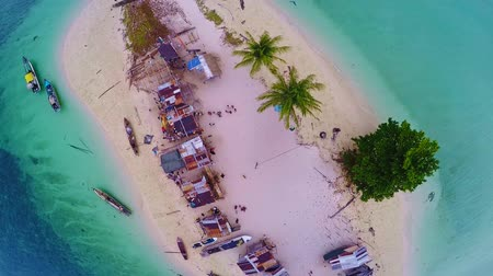 malásia : Beautiful small island in the malaysia.  Top view of an island in the Malaysia.   Aerial view of the Island with a small fishermens.   Malaysia of life in island with a small fishing village.    Scenic aerial view of small fishing village in malaysia.  Sm