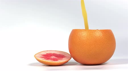 grejpfrut : Freshly squeezed juice is poured into a grapefruit Wideo
