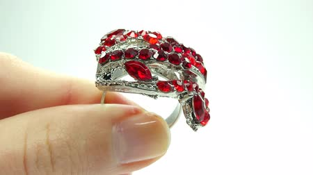 rubín : jewellery ring with red ruby crystals putting on the finger