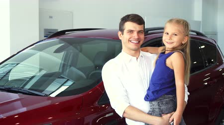 милый : Dad and daughter on his hands stand on the background of the car Стоковые видеозаписи