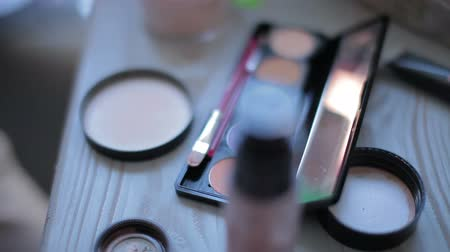 hand made : Een close-up, make-up tafel met make-up apparatuur Stockvideo