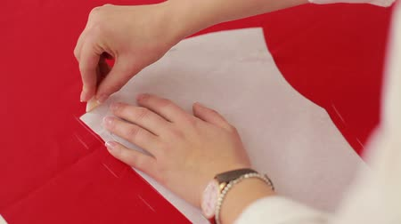 têxtil : Fashion designer draws a line on the fabric. Seamstress working at home studio. Close Up