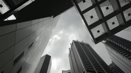 pénzügyi negyed : Time Lapse of clouds rolling by at office buildings in financial district Stock mozgókép