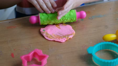 plastelíny : Lovely 4 years boy with playdough at home. Hands close up