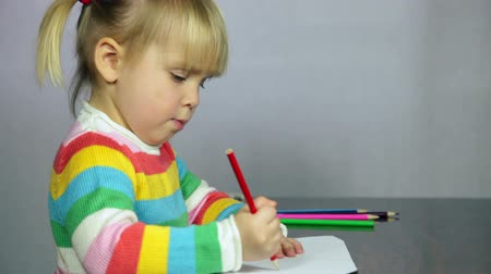 zanaat : Cute three year old girl blond hair sitting at table drawing