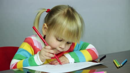 uczenie się : Cute three year old girl blond hair sitting at table drawing