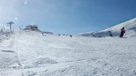 esqui : Skiers going down the slope