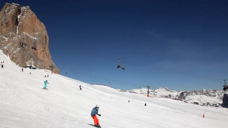 údolí : Skiers and Snowboarders going down the slope