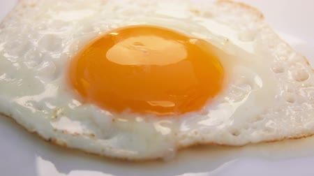 cozinhado : fried egg on a white plate is placed on the table Vídeos