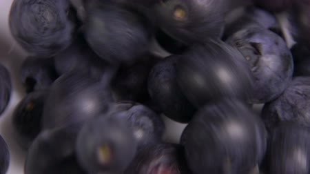 jagody : Lots of delicious blueberries falling into white bowl