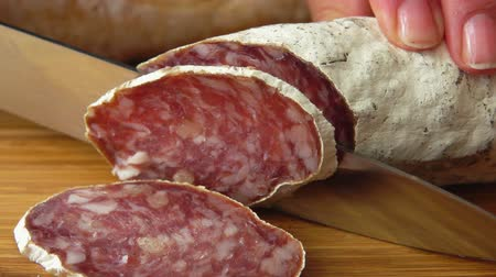 antre : Chef cuts jerked sausage with knife Stok Video